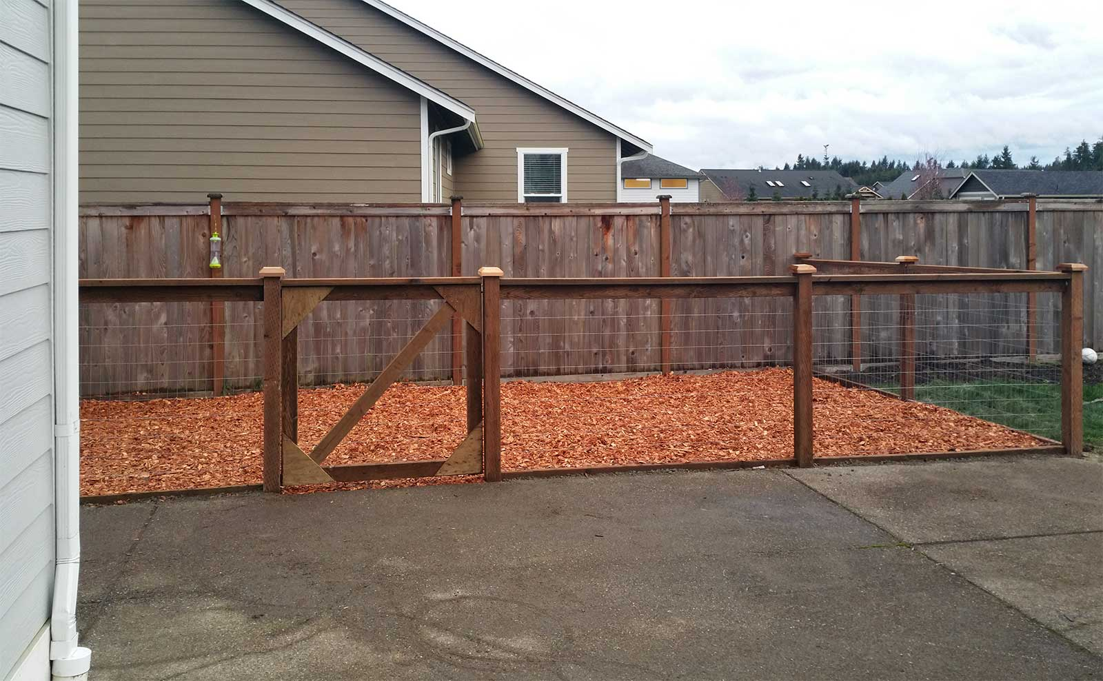 East olympia kennel with cedar chips ajb landscaping fence for Cedar shavings for dog kennels